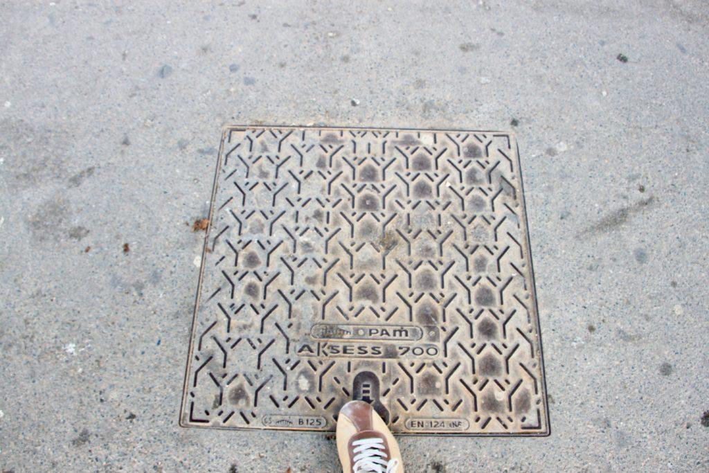 エッフェル塔の真下の中心にある印の鉄板