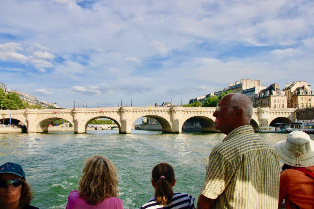 バトビュスの船上からヌフ橋を見学するゲスト