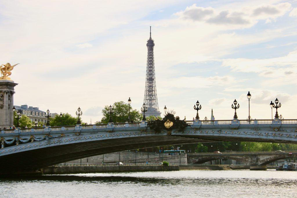セーヌ河から見上げるアレクサンドル3世橋とエッフェル塔