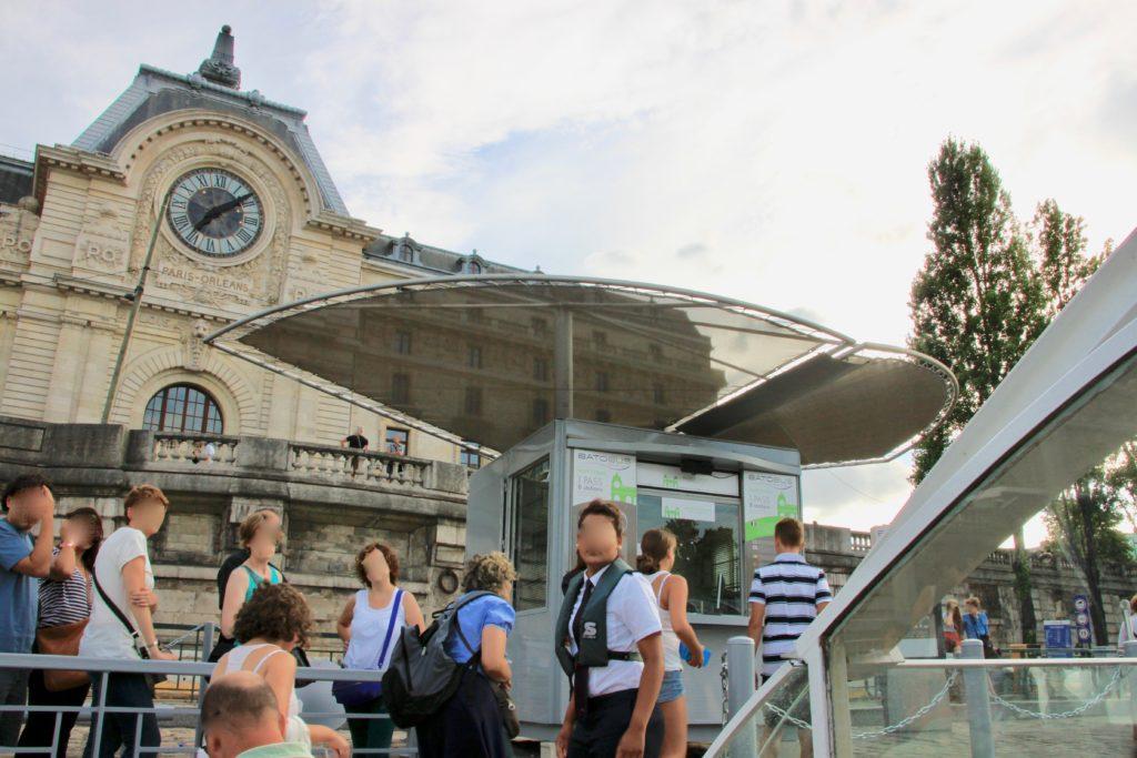 バトビュスのボート乗り場はオルセー美術館のすぐ前にあります