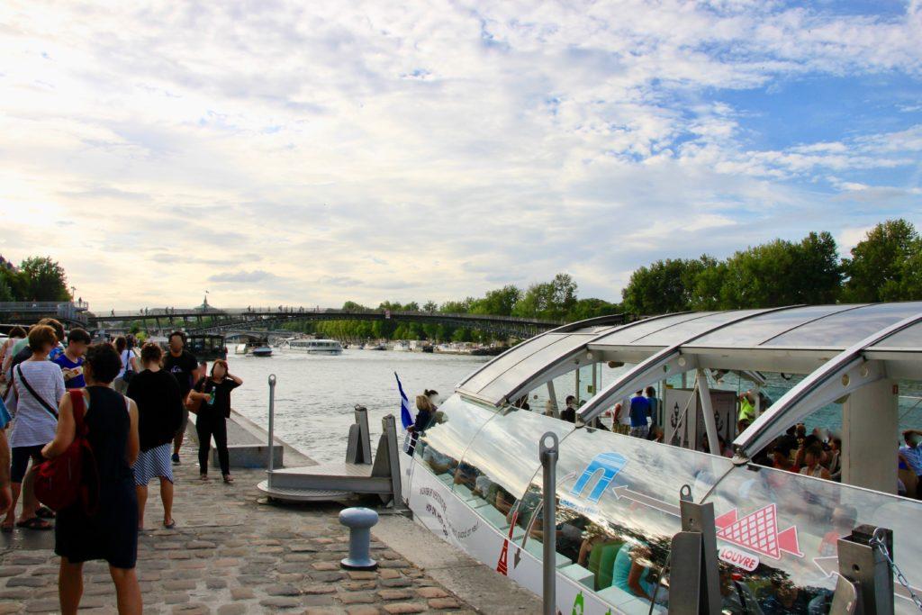 オルセー美術館前のバトビュス乗り場から見えるレオポール・セダール・サンゴール橋