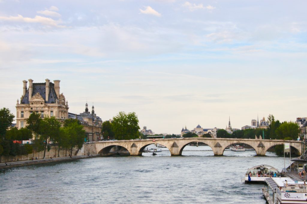 ルーブル美術館のドゥノン翼とロワイヤル橋