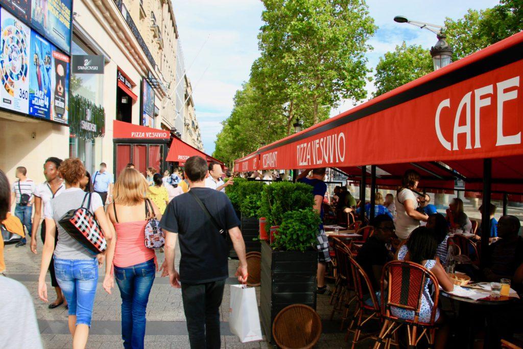 シャンゼリゼ通りのカフェ