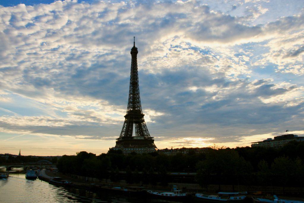 朝焼けの空とエッフェル塔