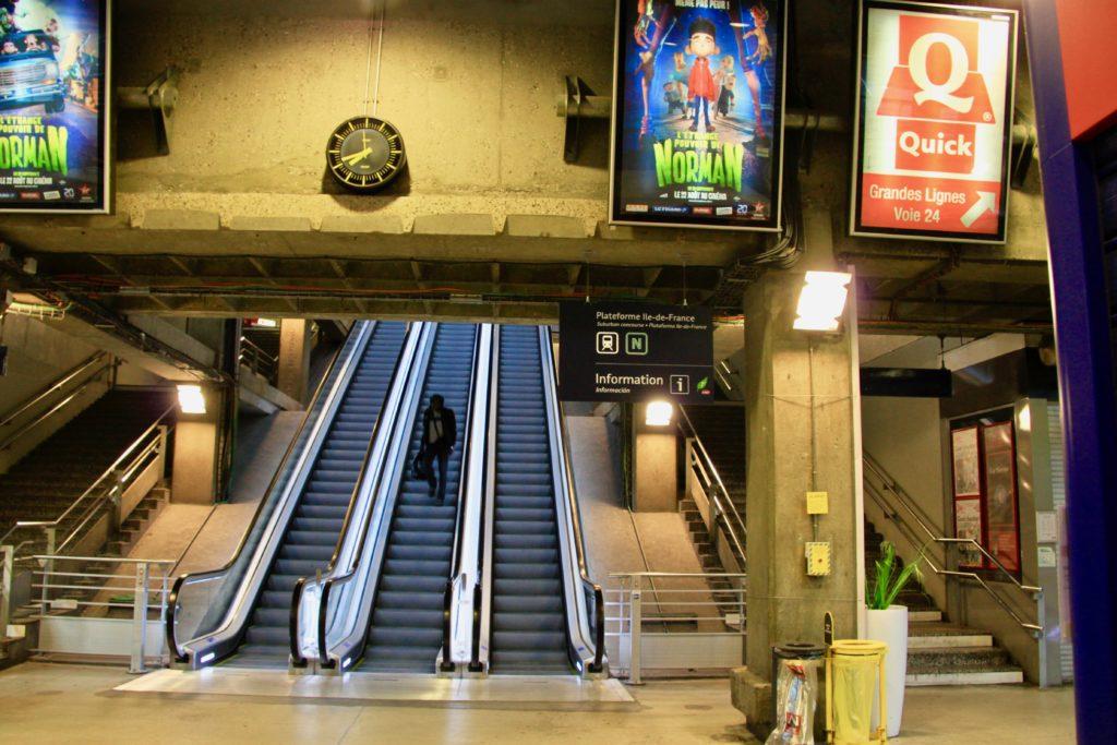 地下鉄の駅から出て2階へ上がるエスカレー