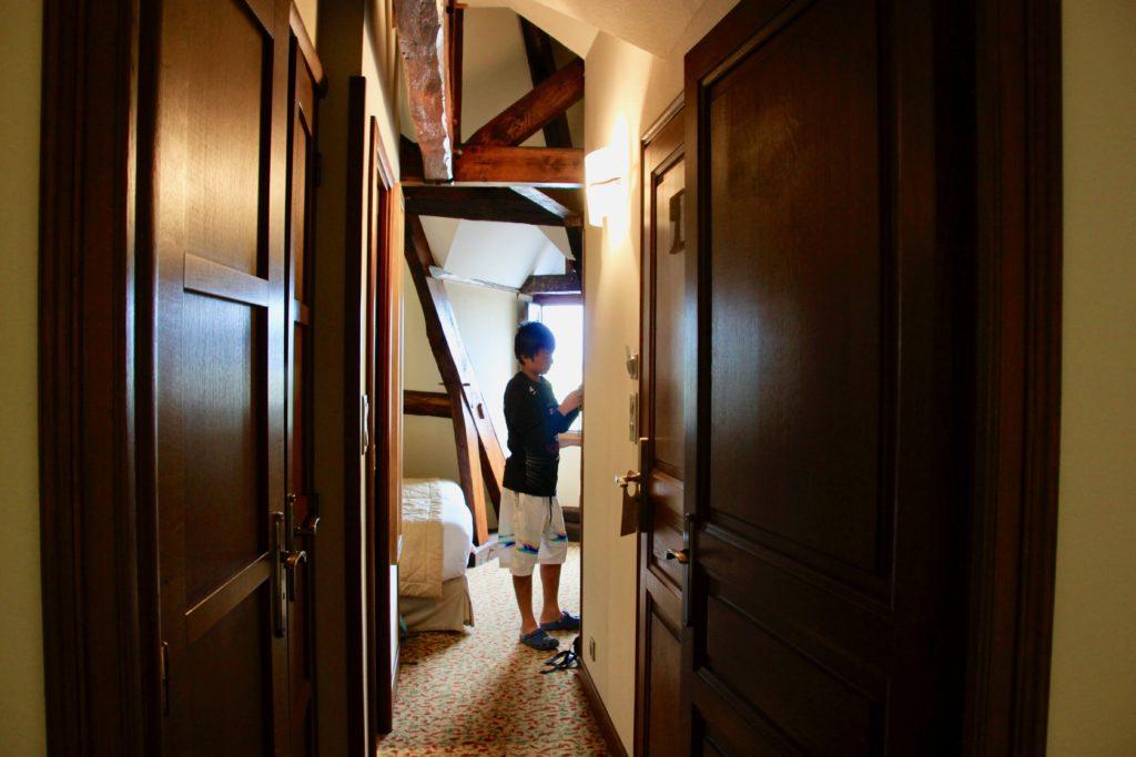 2つのベッドルームの間の通路