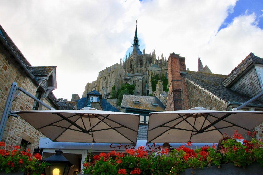 オーベルジュ・サン・ピエールの近くから見上げた大聖堂の尖塔