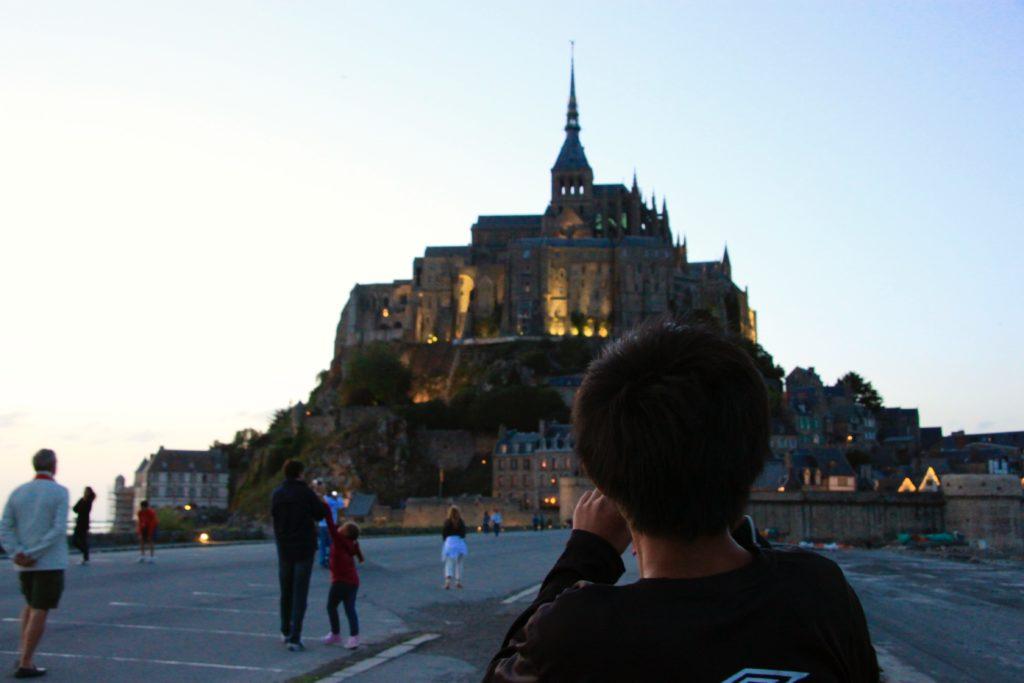 夜景鑑賞スポットでモンサンミッシェルを眺める次男