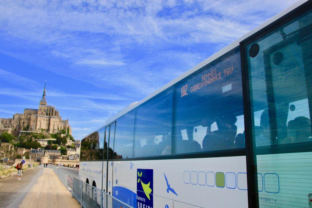 大型バスとモンサンミッシェル