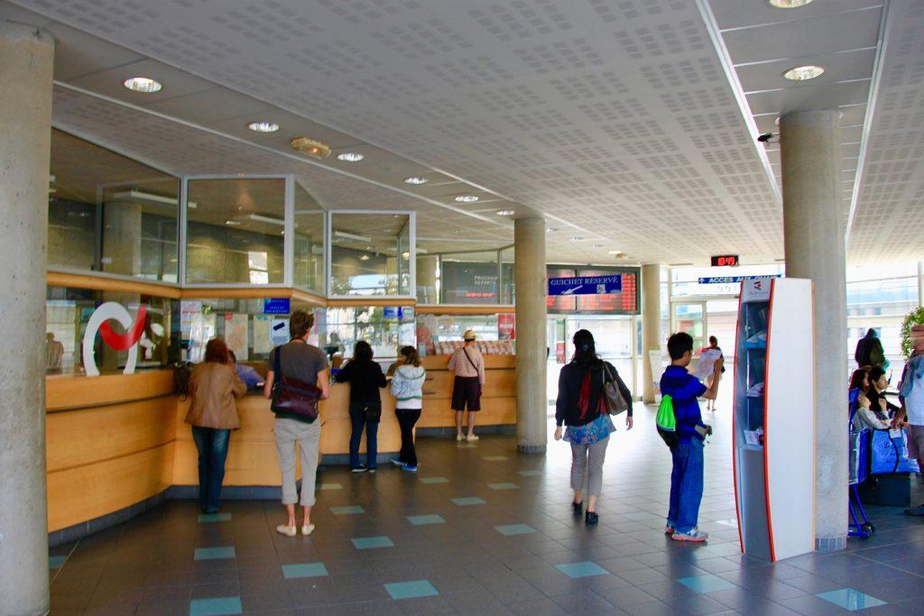 レンヌ駅前バスセンターのカウンター