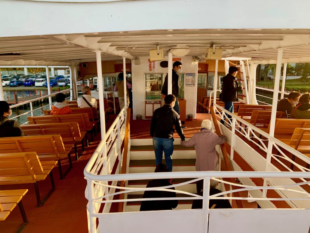 遊覧船のテラス席