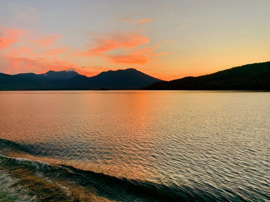夕焼けに赤く染まる阿寒湖
