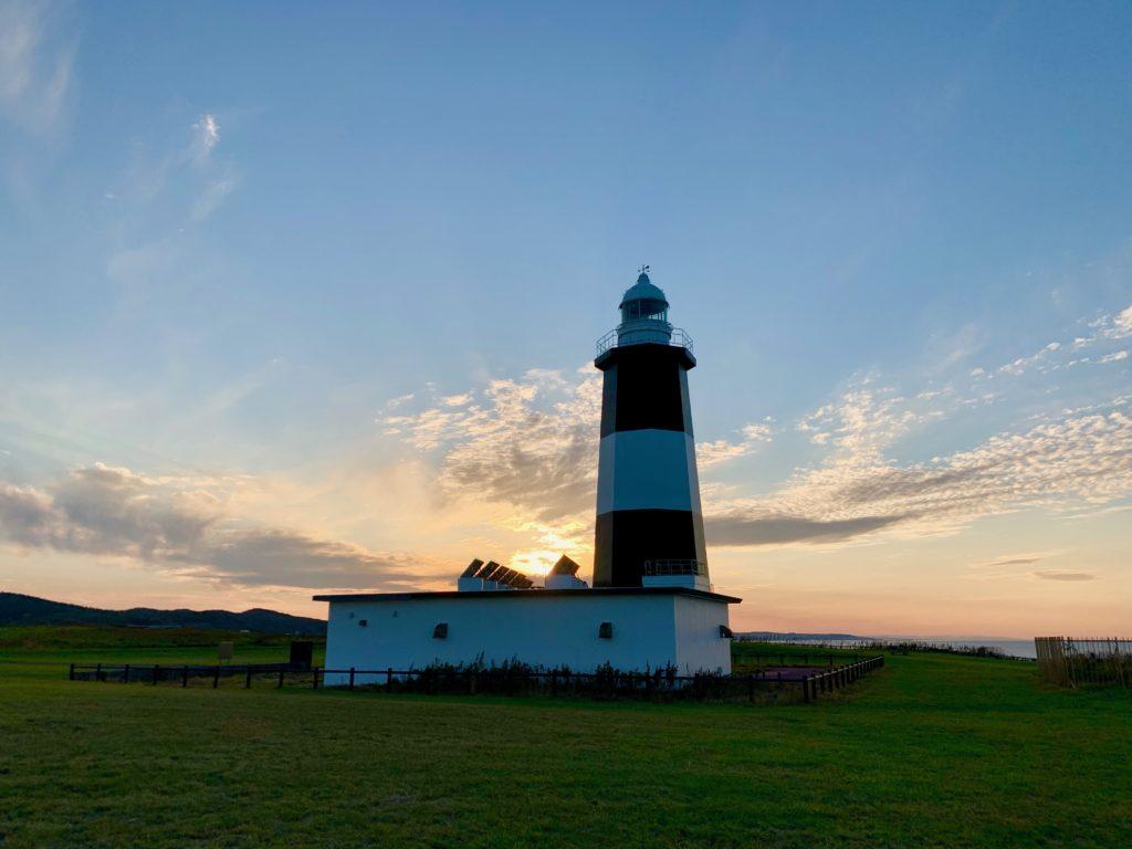 能取岬の灯台と夕日