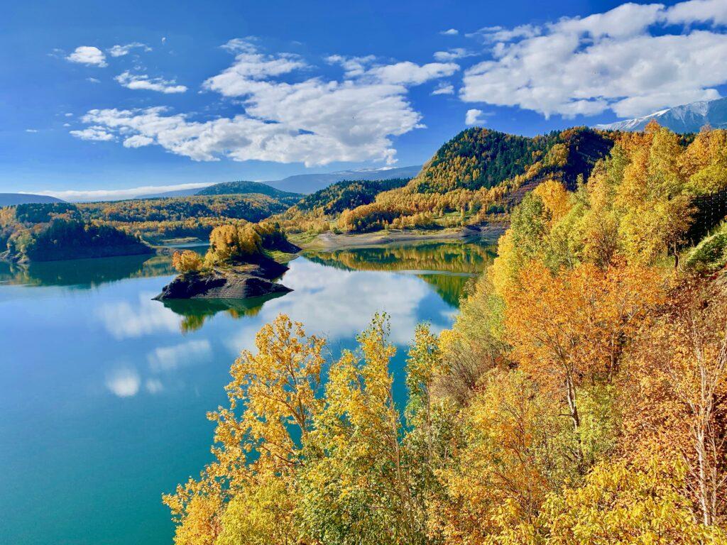 鏡のように空と紅葉の山を写す大雪湖