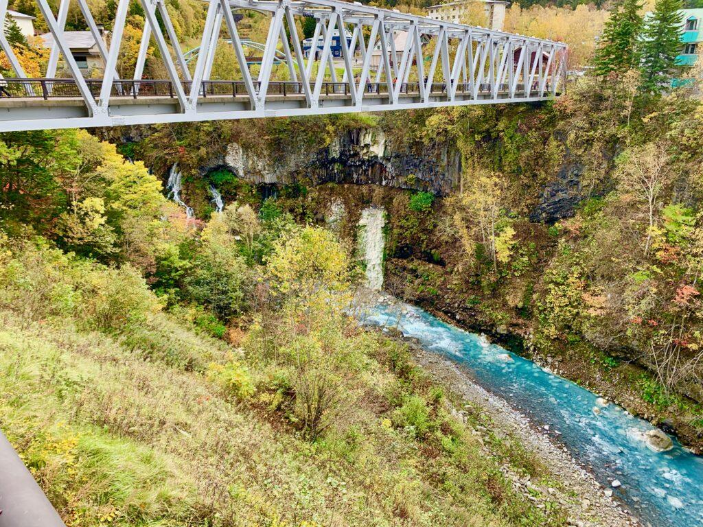 白ひげの滝を見下ろせる橋