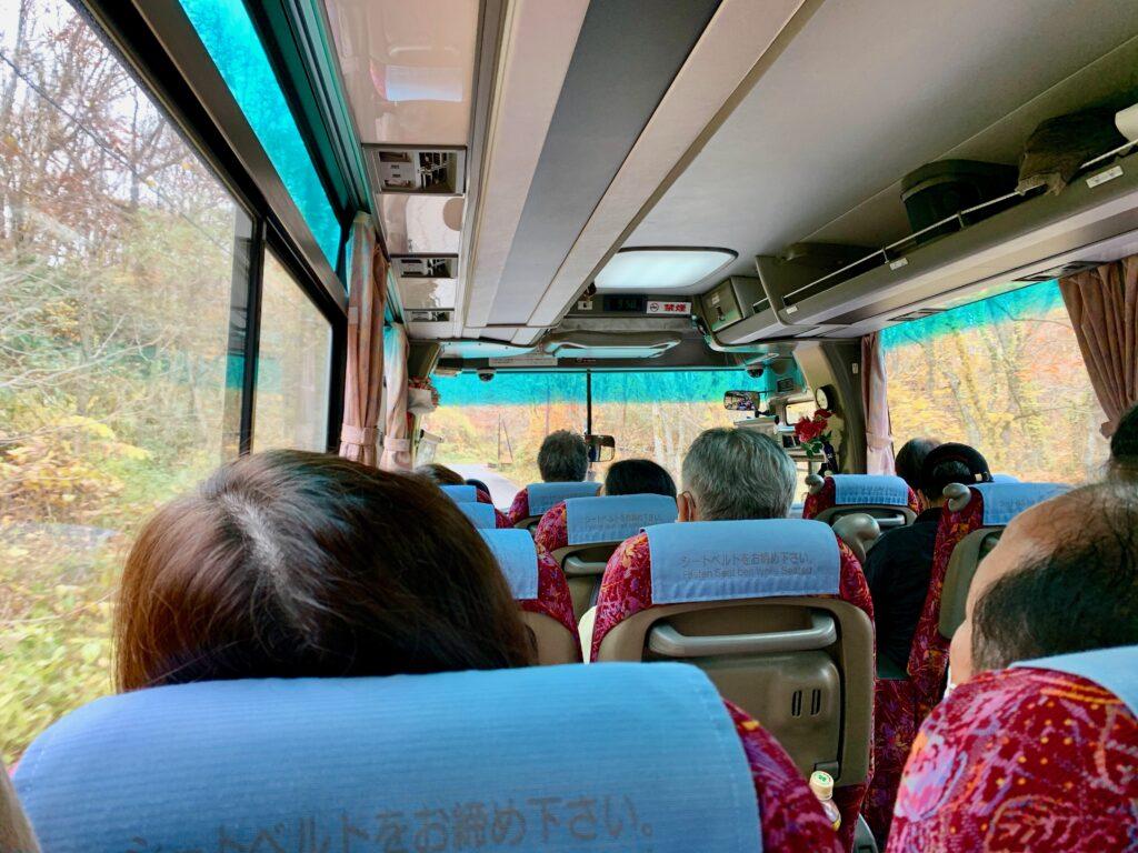 観光バスの車内の様子