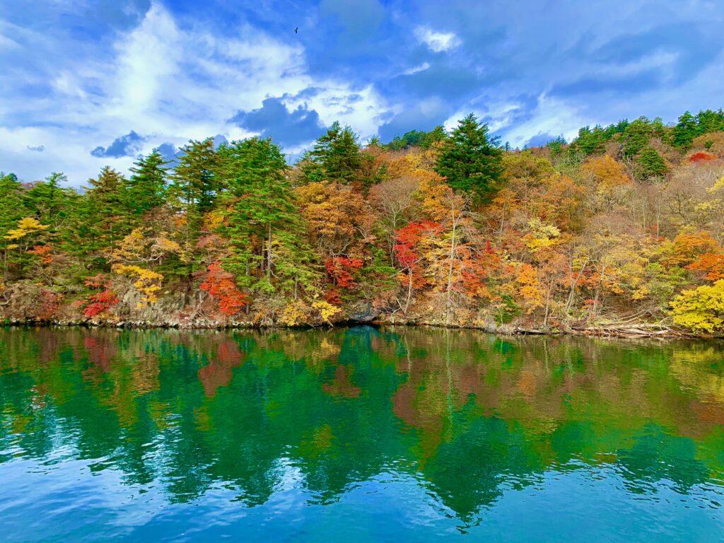 十和田湖クルーズで見る湖畔の紅葉