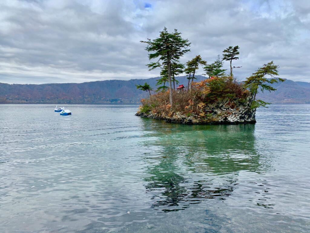 十和田湖に浮かぶ、大黒神社と恵比寿神社の島