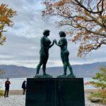 十和田湖畔に立つ乙女の像