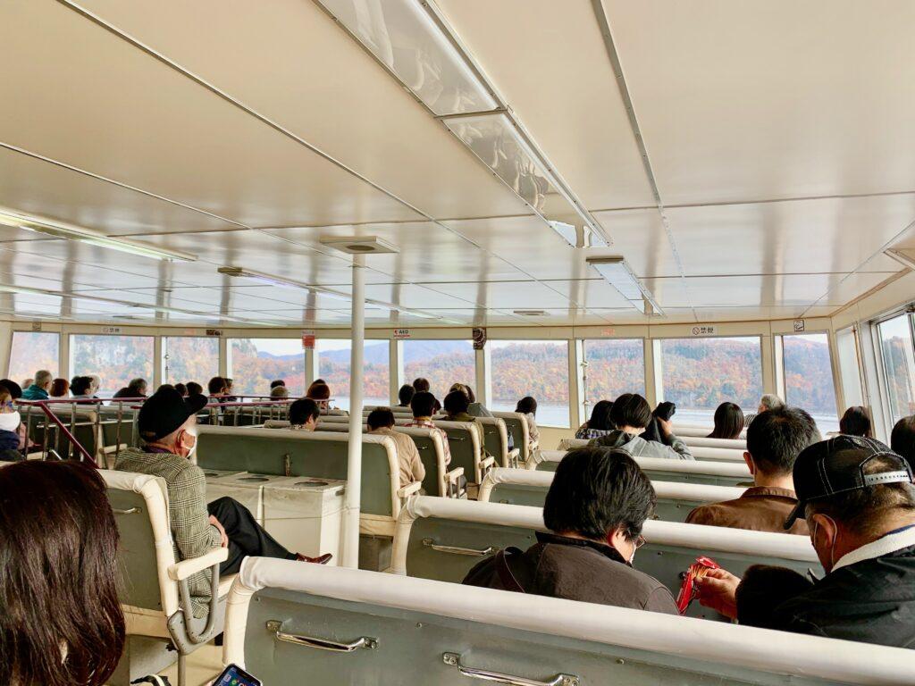 十和田湖遊覧船の船内