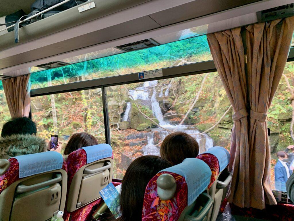 観光バスから見る姉妹の滝