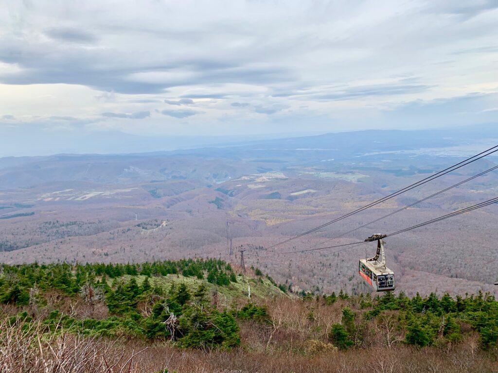 八甲田の北山麓と登ってくるロープウェイ