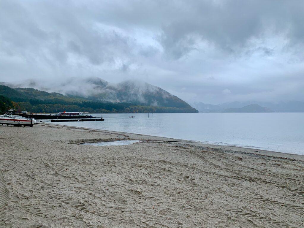 雨に煙る田沢湖
