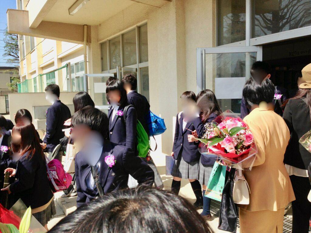卒業式が終わって校舎から出てくる卒業生たち