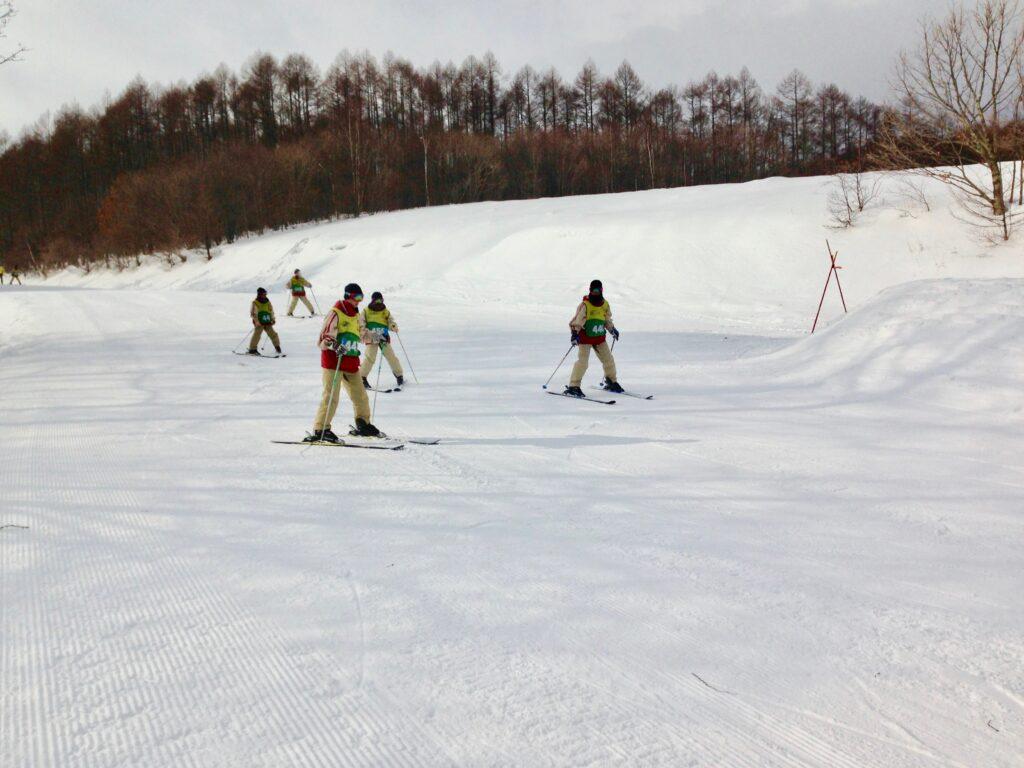 初心者コースを滑る子供達