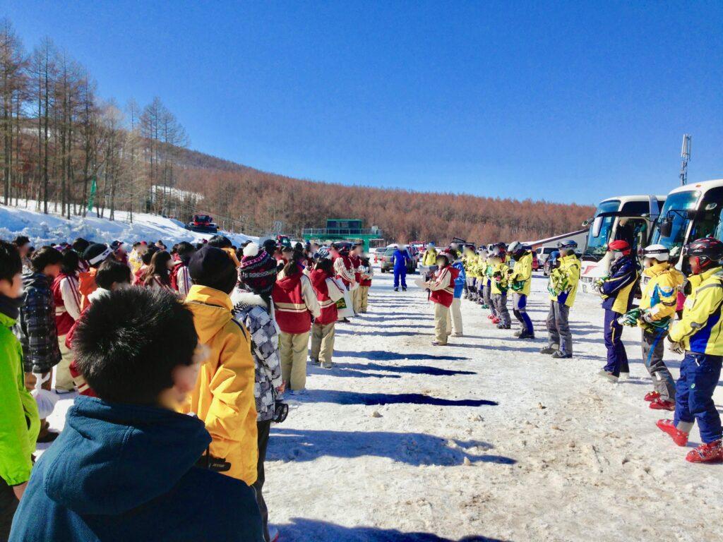 スキー場での閉校式の様子