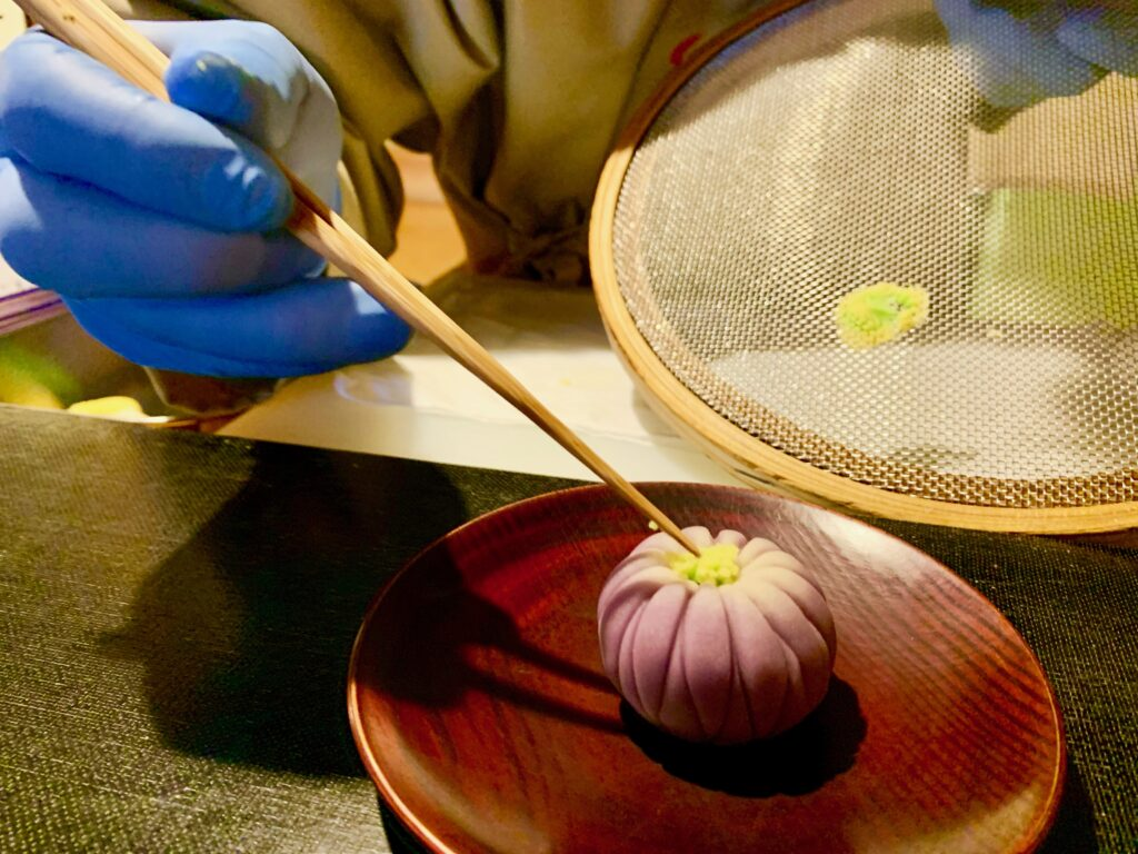 目の前で和菓子を作ってくれます