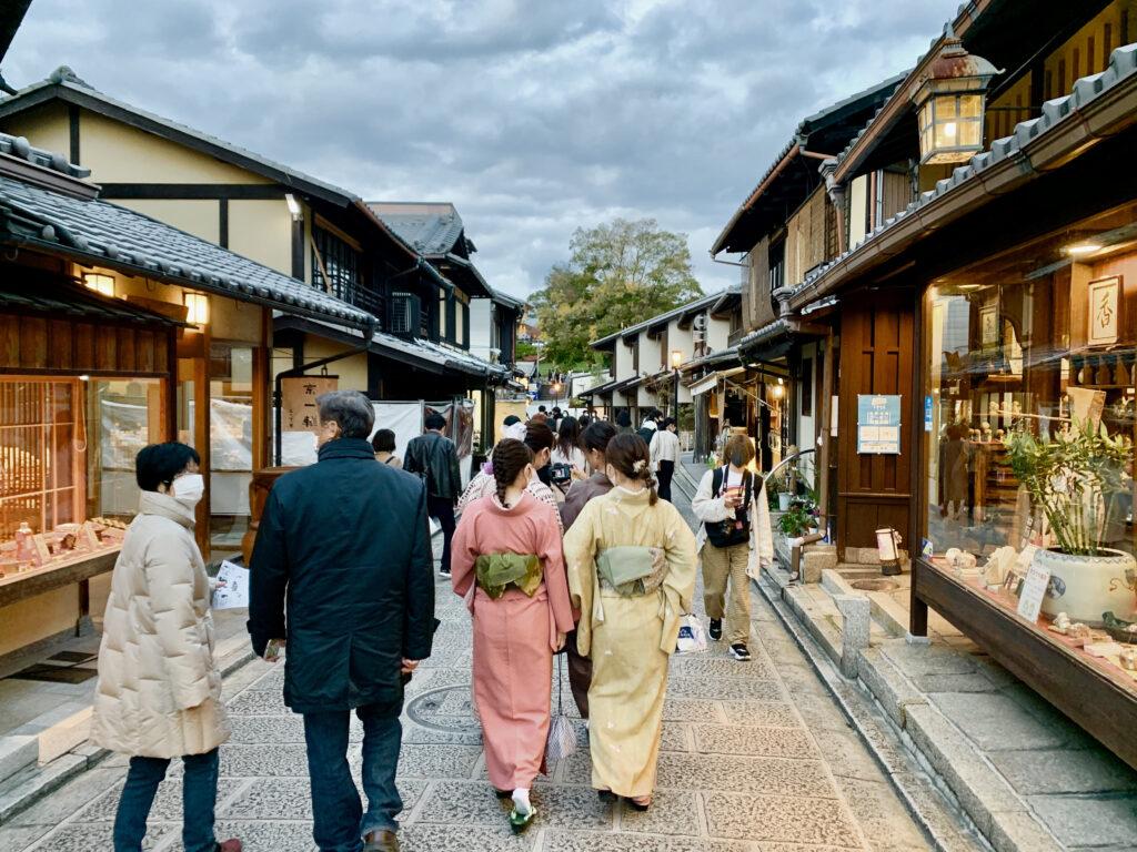二寧坂を歩く着物姿の女性
