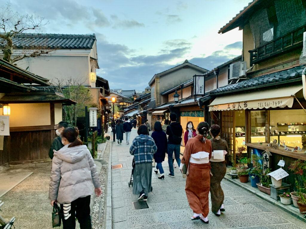 産寧坂を歩く観光客