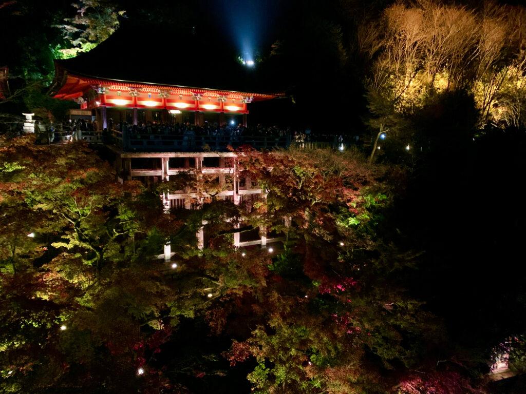 清水寺紅葉ライトアップ写真撮影のベストポジション「奥之院」の舞台