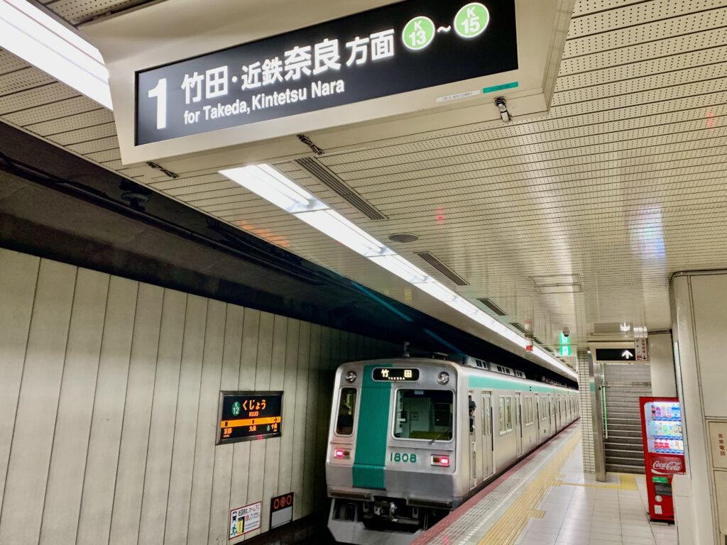 九条駅ホームに入ってきた烏丸線の地下鉄