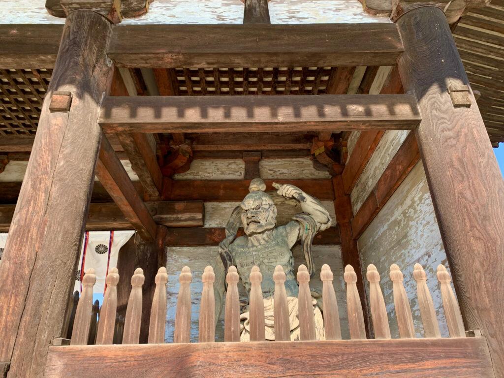 仁王門に立つ仁王の彫刻