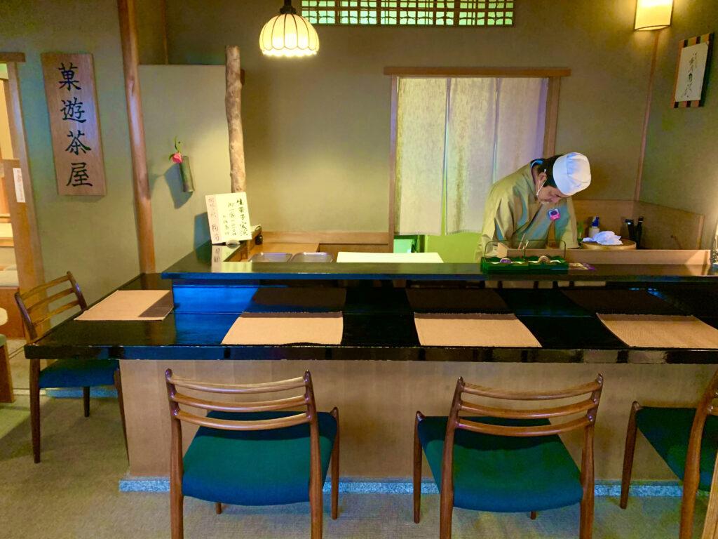 職人さんが京菓子作りを実演するカウンター