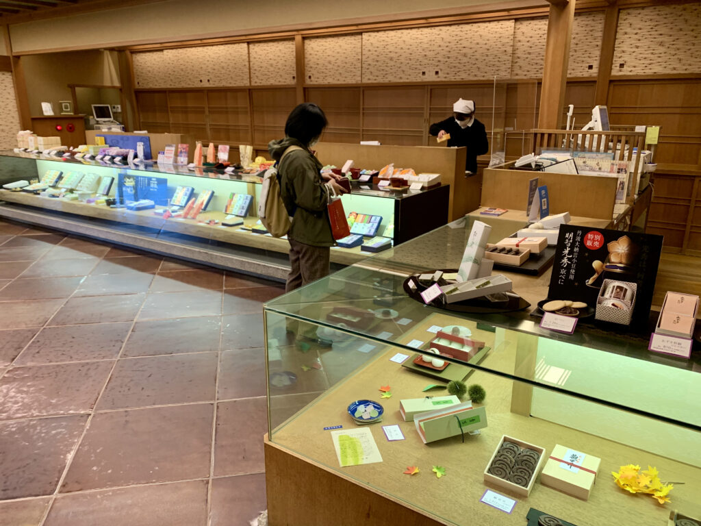 本店の和菓子売り場
