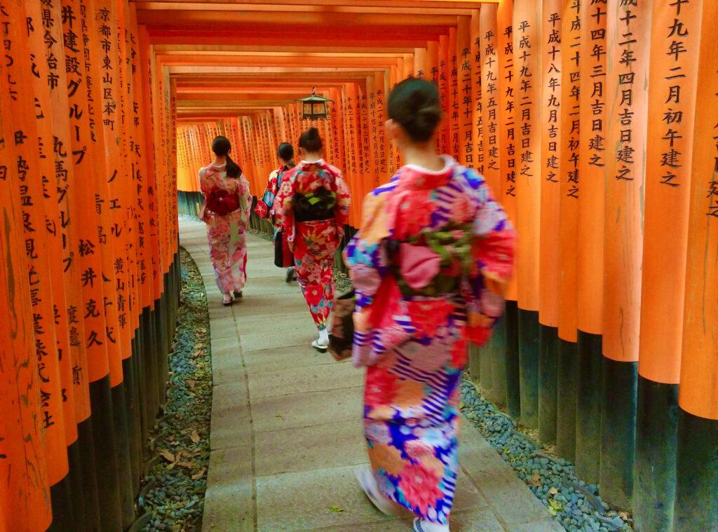千本鳥居を歩く着物姿の女性たち