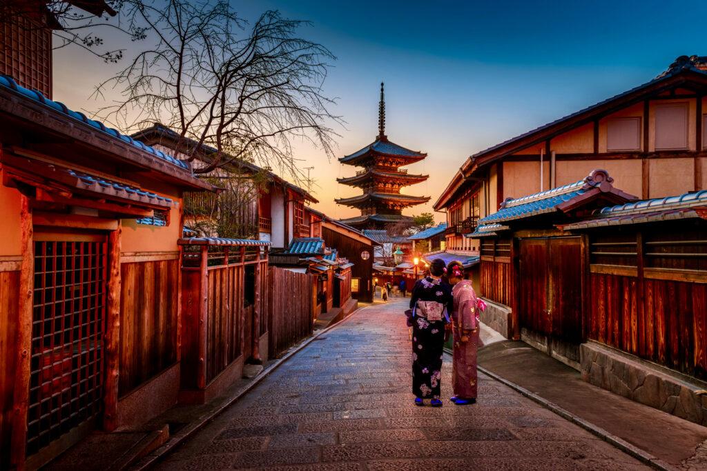 八坂通りと八坂の塔(法観寺)と着物の女性観光客