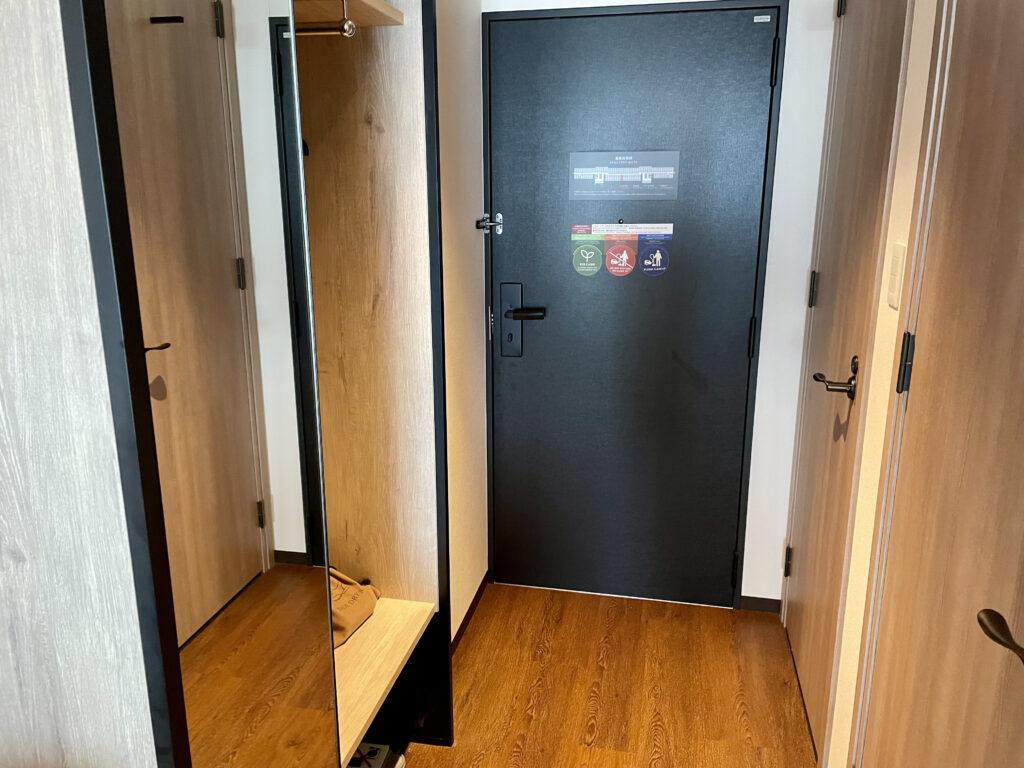 客室のドアとクローゼット
