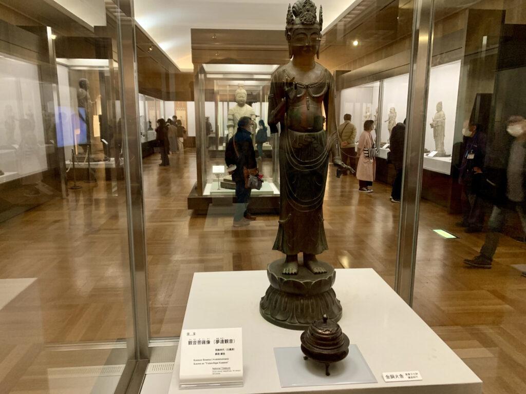 大宝蔵院で展示されている国宝・観音菩薩立像