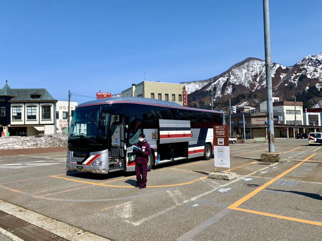 越後湯沢駅東口に停車してる苗場プリンスホテルの送迎バス