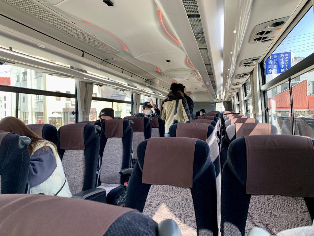 ホテル送迎バスの車内の様子