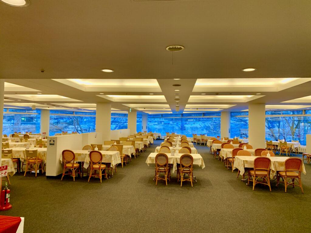 夕食ビュッフェ会場「アゼリア」のテーブル席