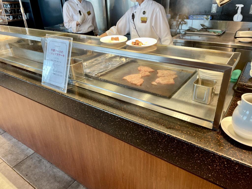 ステーキコーナー。朝から焼きたて牛ステーキが食べ放題