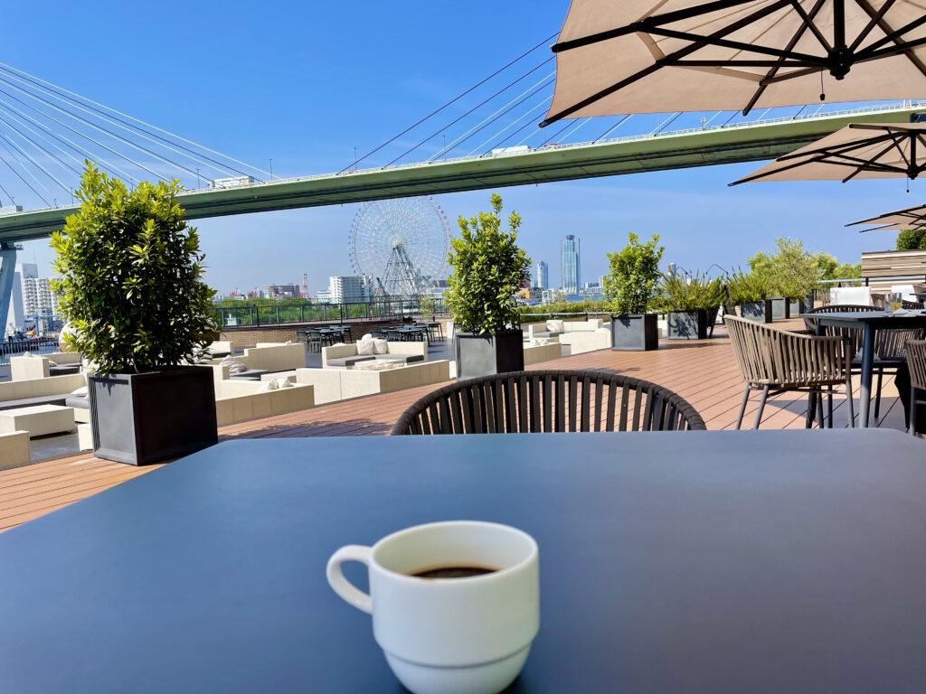 リバーサイドのテラス席でコーヒーをいただきます