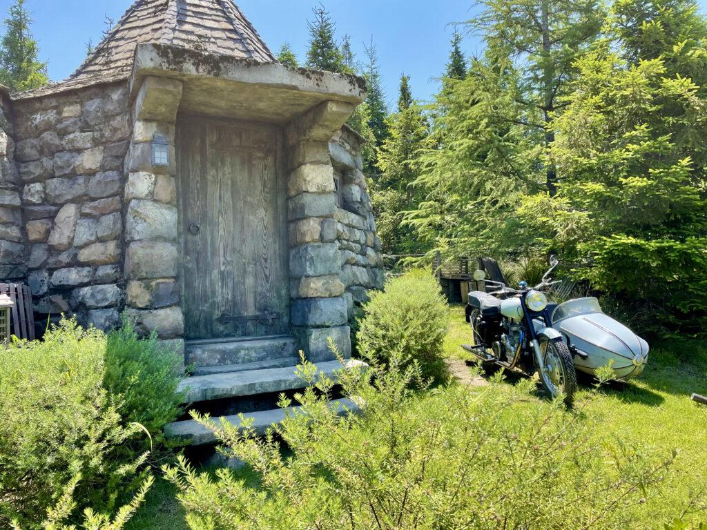 庭に止めてあるハグリッドのサイドカー付きモーターバイク