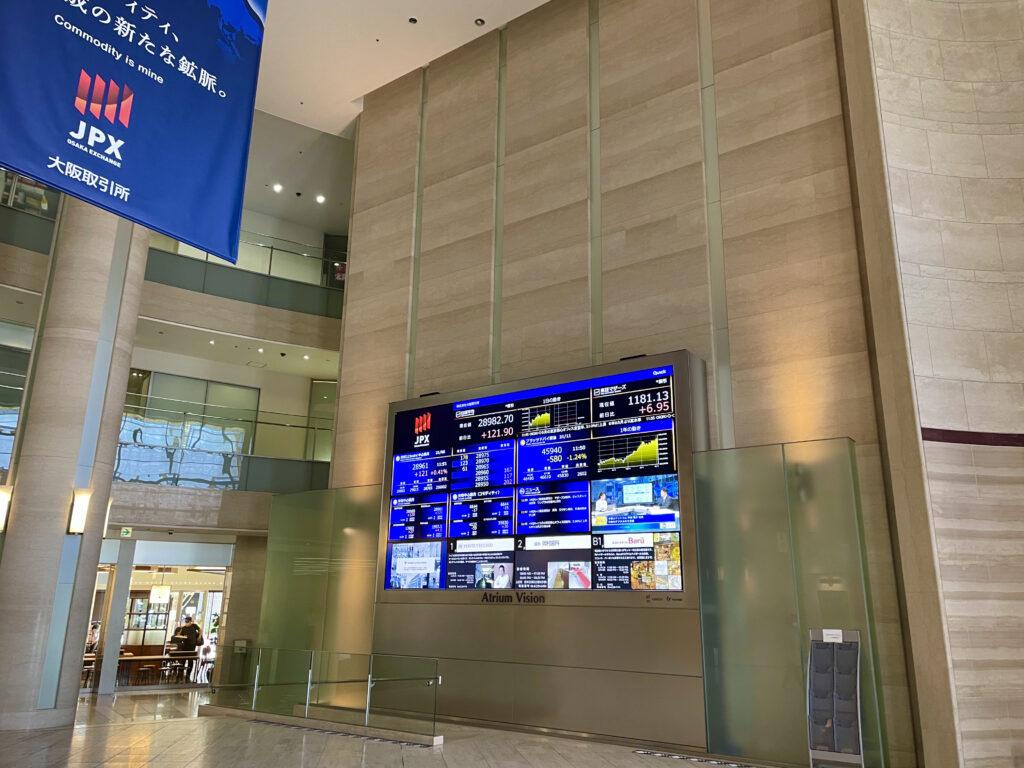 ホールに掲げられている株価ボード