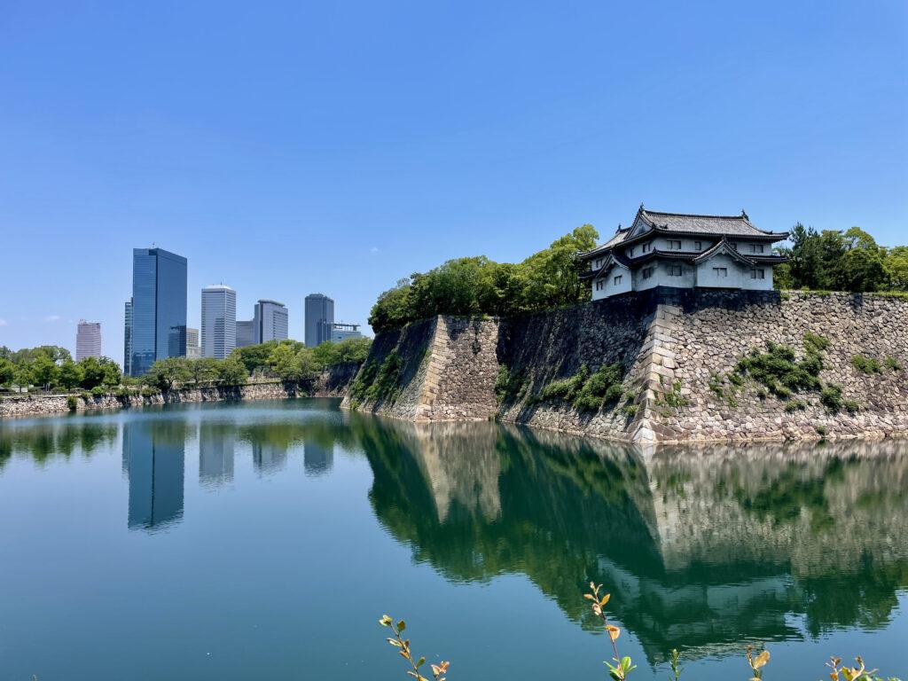 大手前から見る大阪城西外堀と大阪ビジネスパークの高層ビル群